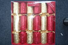 BOX 6, 30CM RED & GOLD SWIRL CRACKERS