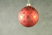 RED GLASS BALL WITH BURGUNDY SCALLOPED GLITTER PATTERN